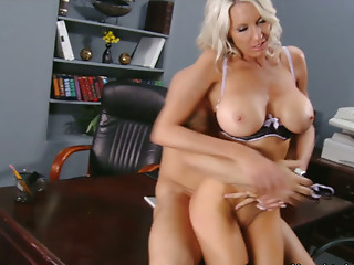 Voluptuous bitch Emma Starr fucks in 69