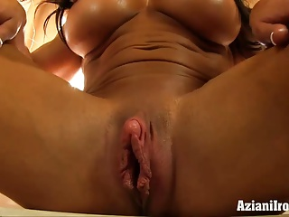 Aziani Iron muscle woman pumps her big clit