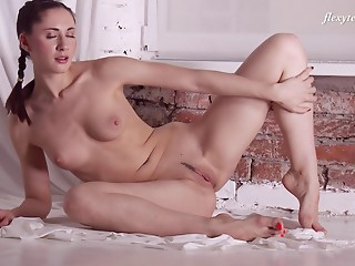 Flexible,Russian,Brunette,Close-up,Natural,Solo
